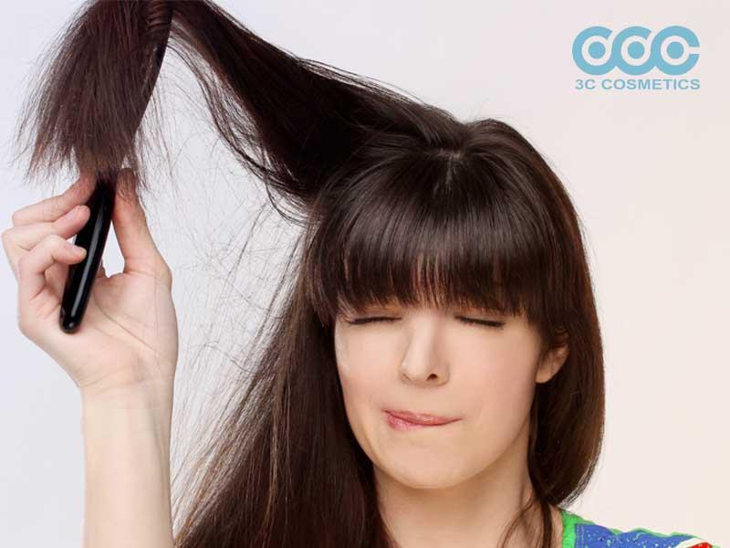 Nên để tóc khô tự nhiên và sử dụng lược thưa?