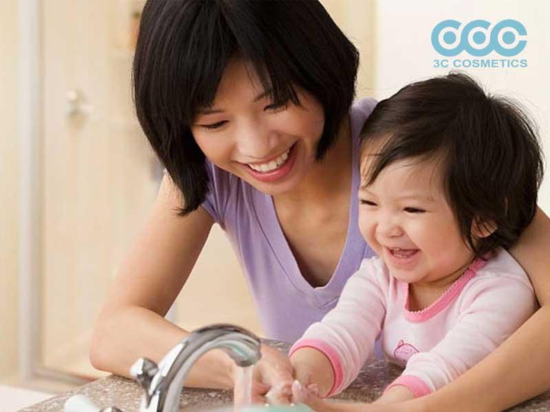 dùng sữa rửa tay diệt khuẩn